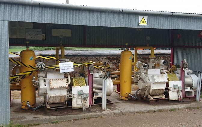 Pod wiatą widoczne 2 sprężarki par gazu z separatorami gazu typ DN300; do wybuchu gazu doszło podczas spuszczania gazu z separatora po lewej stronie.
