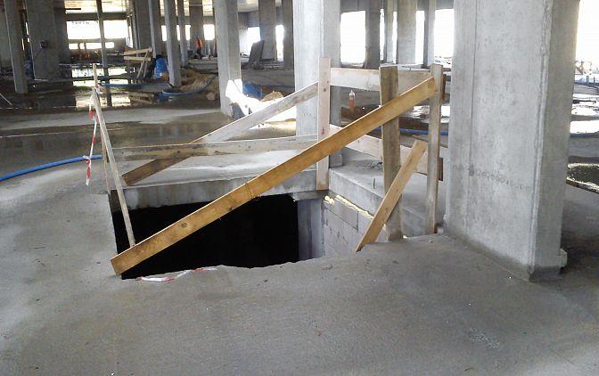 Fot. 2 Niedbale wykonane zabezpieczenie otworu w stropie